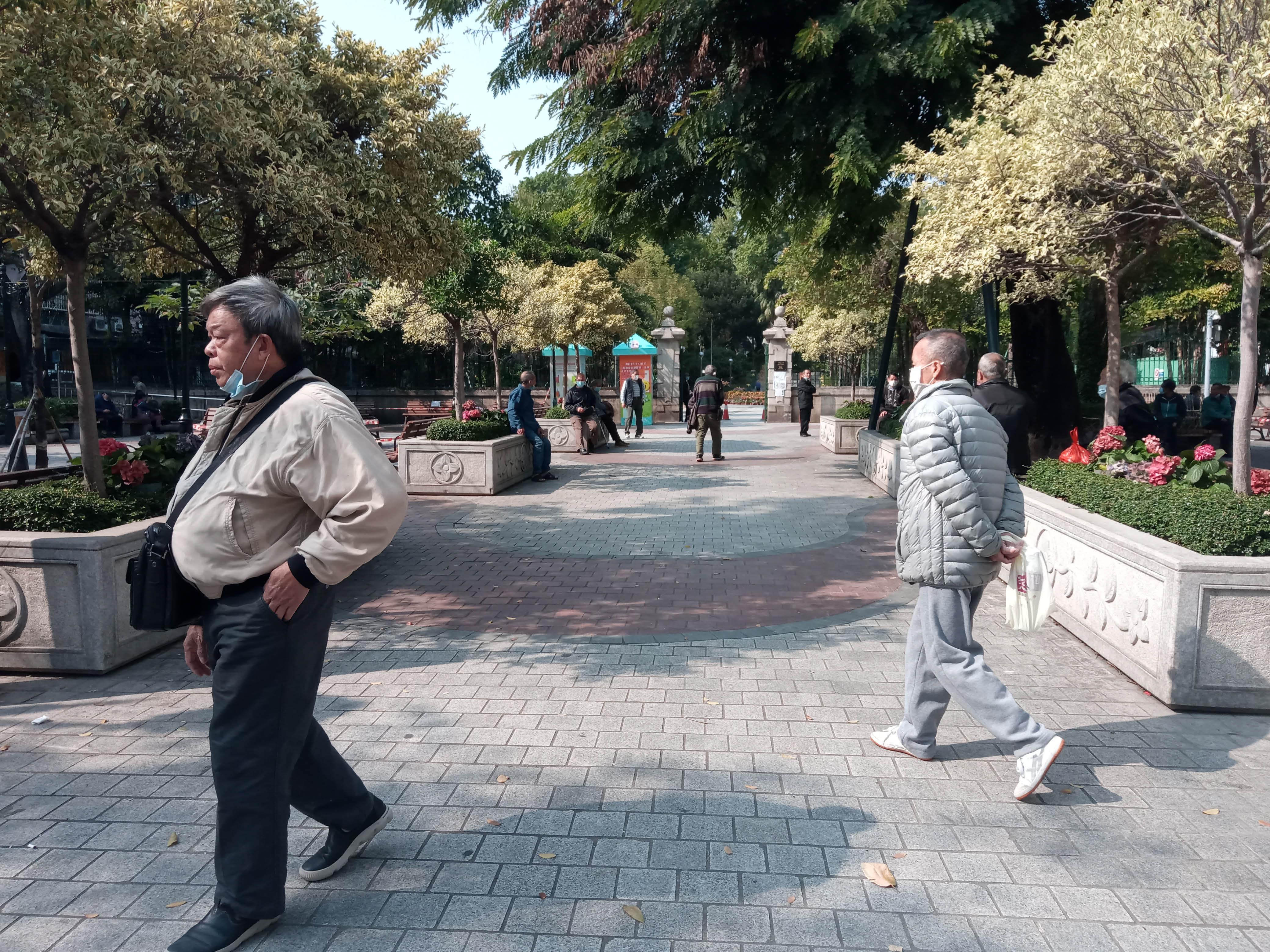 不少長者到公園休憩區散步.jpg