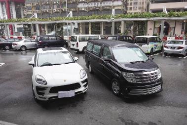 """司警扣押綁架用的七人車,以及主犯駕駛""""救美""""的名車。.jpg"""