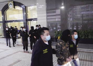 司警拘涉綁架的四名男子.jpg