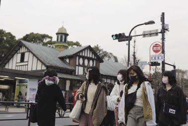 在日本東京,人們戴口罩出行.jpg