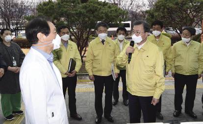 在韓國大邱,韓國總統文在寅(前右)與當地醫務人員交流.jpg