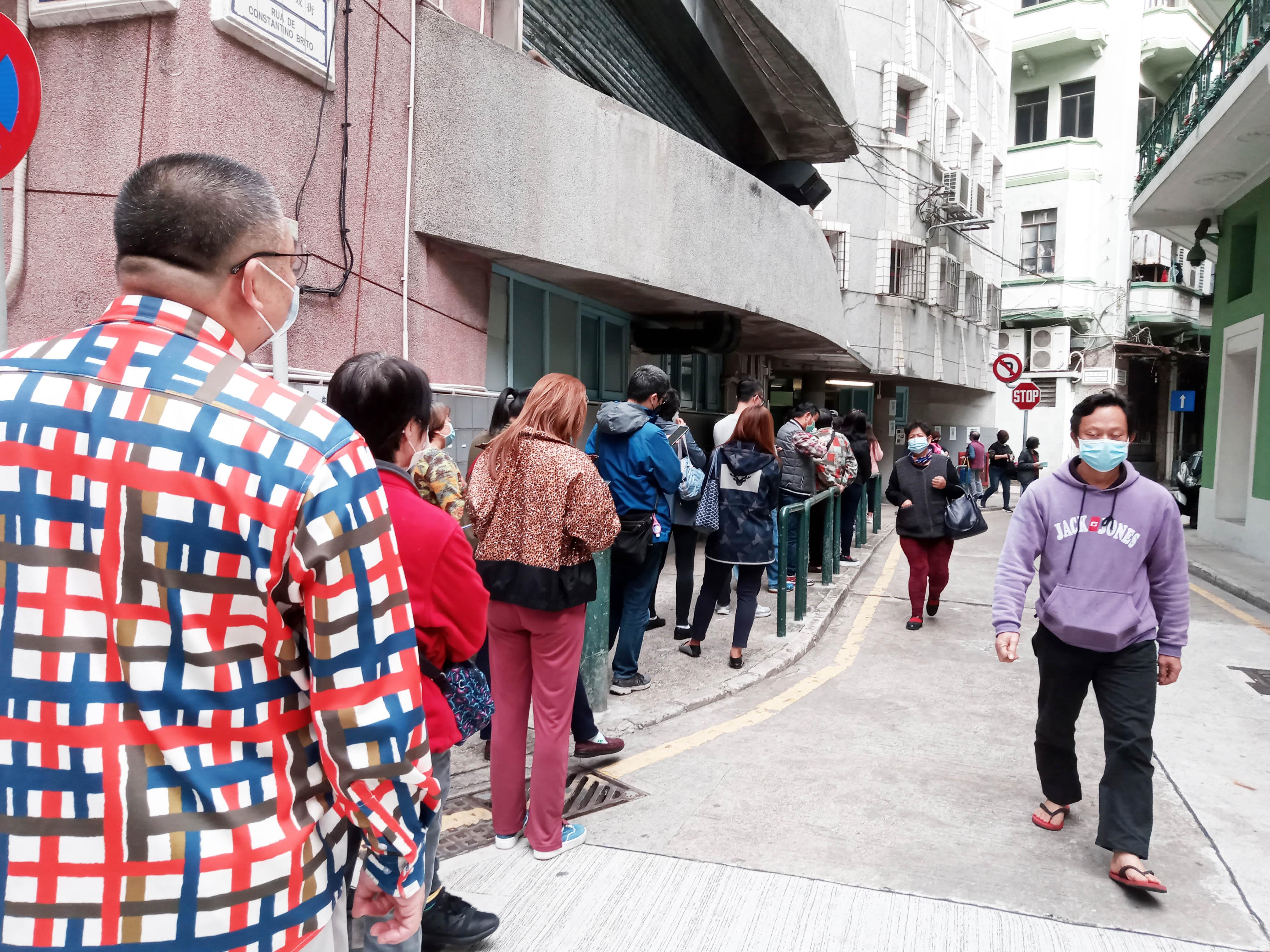 市民在衛生中心排隊買口罩.jpg