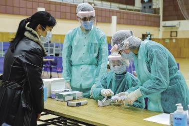 衛生局人員對來自高危地區的入境旅客進行醫學檢查.jpg