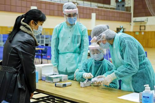 衛生局在工人體育館設置檢查站,對來自新型冠狀病毒感染高發地區的入境旅客進行醫學檢查。.jpg