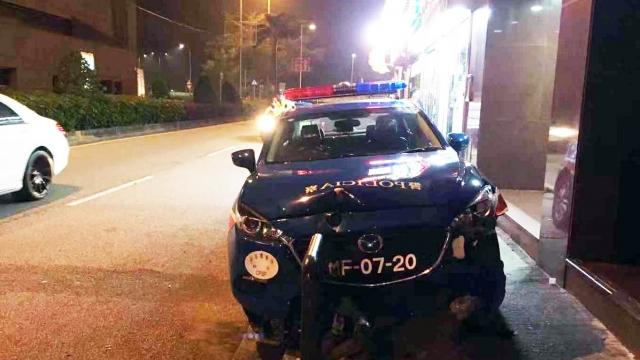 警員執行任務駕車自炒 掃圍欄剷行人路傷右肩