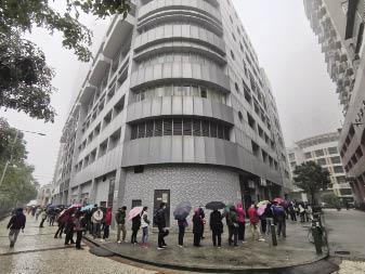 黑沙環衛生中心昨早有大批人冒雨排隊買口罩.jpg