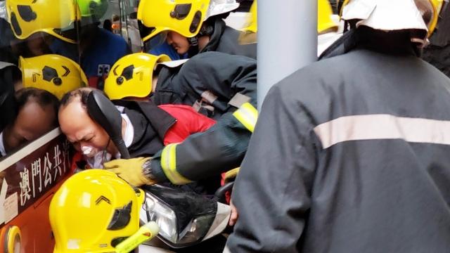 老翁駕鐵馬疑超車 被夾巴士與欄杆間 腳部受傷消防救出