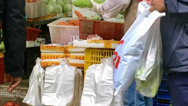 膠袋收費市民意見不一 減少五成棄置過於樂觀