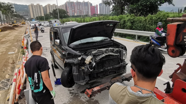 私家車路氹自炒撞欄 男司機無傷涉嫌醉駕