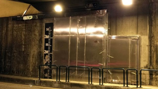 關閘地下巴士站 完成裝置防水閘
