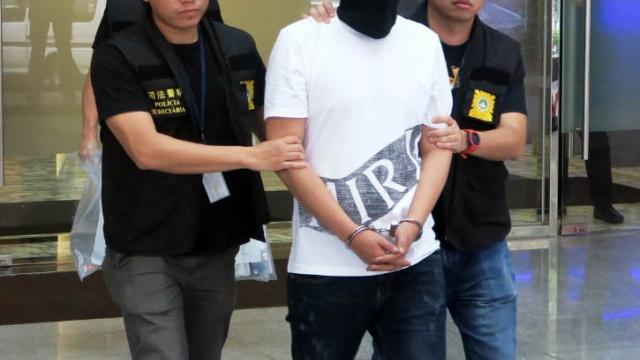 韓國男賭敗借酒消愁 石頭連毀十八車洩憤 再砸押店搶金鍊被捕
