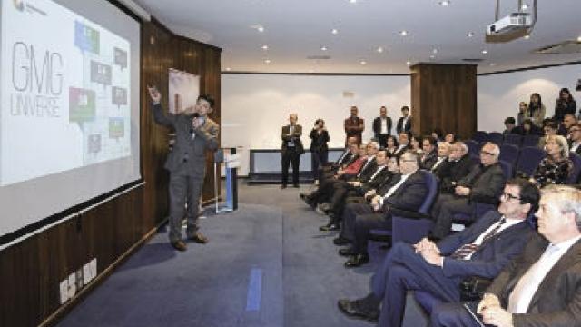 特首考察波市澳公司 提供年青人發展機會
