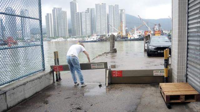 風季來臨海局部署防洪_協助碼頭操練裝擋水閘