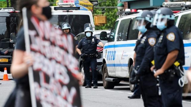 美國多地繼續抗議涉案警察被起訴