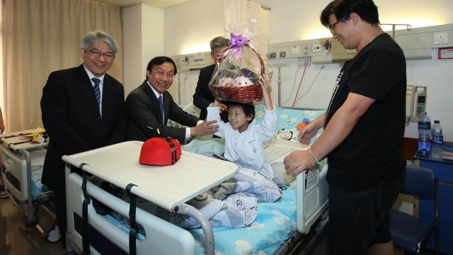 譚俊榮探訪兒童 轉達習主席問候