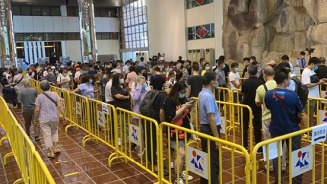 綜藝館核酸站首啟用_現數百人龍長者居多