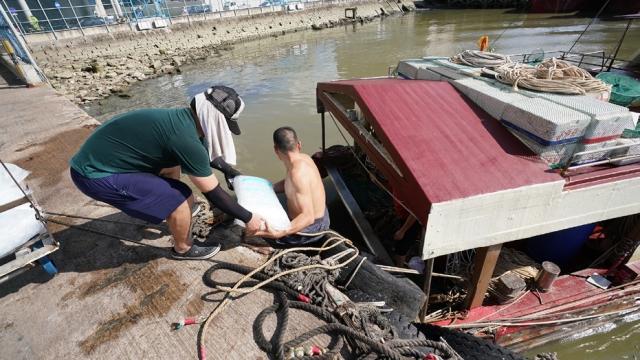 休漁結束百船出海捕撈_加強防疫指定碼頭卸貨