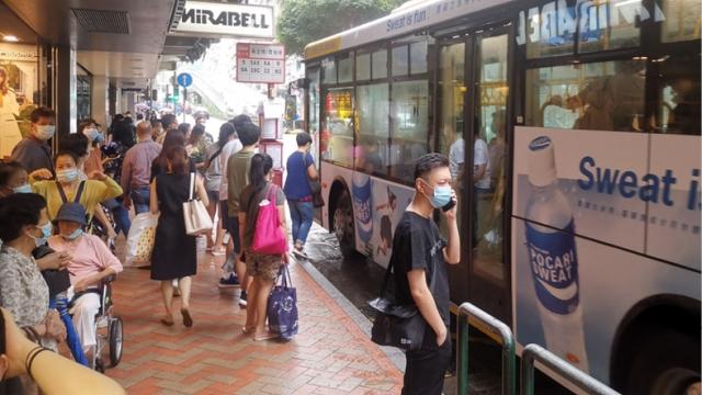 巴士減班次慳兩百萬_每年暑假調整做法?政府強調不減民生開支