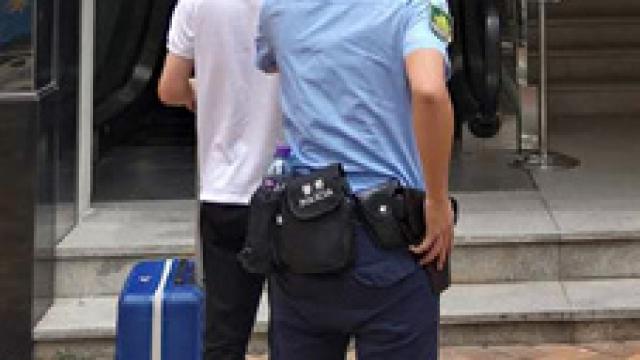 涉收留逾期女友及其子_港男警局報失證件穿崩