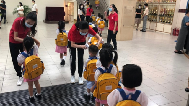 逾半數三歲以下幼兒_千九人今起回校上課_坐位間設擋板不跨班