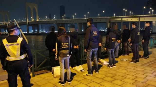 珠澳警海關破偷渡集團 拘九成員及五內地人蛇