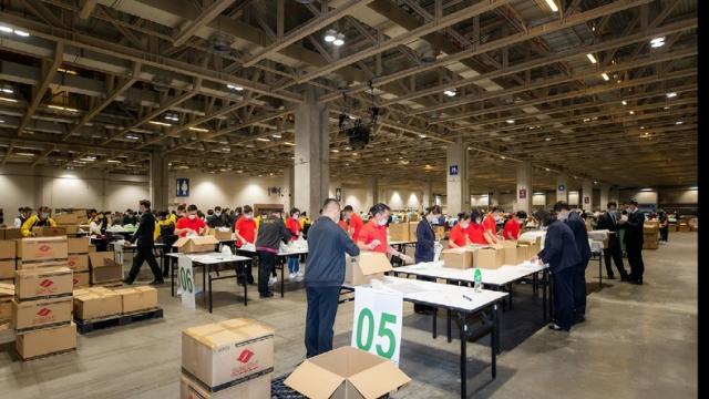 金沙中國與社區團體為潔世製作衛生用品包