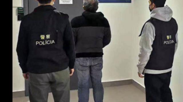 菲律賓男拾遺不報偷石椅上手機被捕