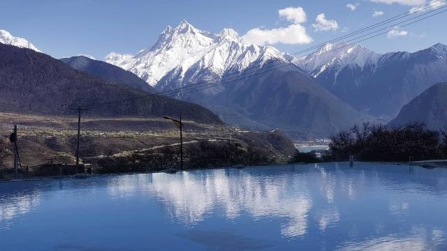 西藏春色桃花雪山
