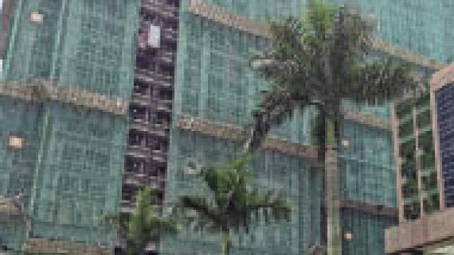 爭取補償津貼「玩咗」兩日 氹仔地盤勞資糾紛持續 十多工人危坐外牆棚架