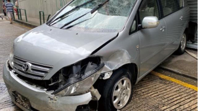 兩車相撞其一再失控_衝前倒後剷上行人路_七旬女乘客輕傷送院