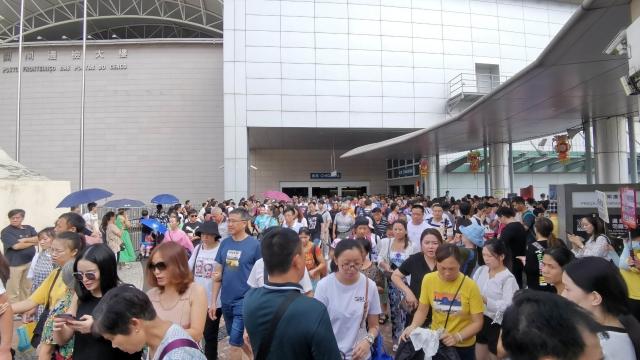 國慶黃金周第五天 六十三萬人進出境 關閘離境歷來最多