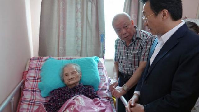 譚司探訪兩逾百歲長者家庭