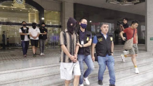 避孕套藏毒布綁大腿 兩台男機場入境就逮 警檢獲半公斤海洛英
